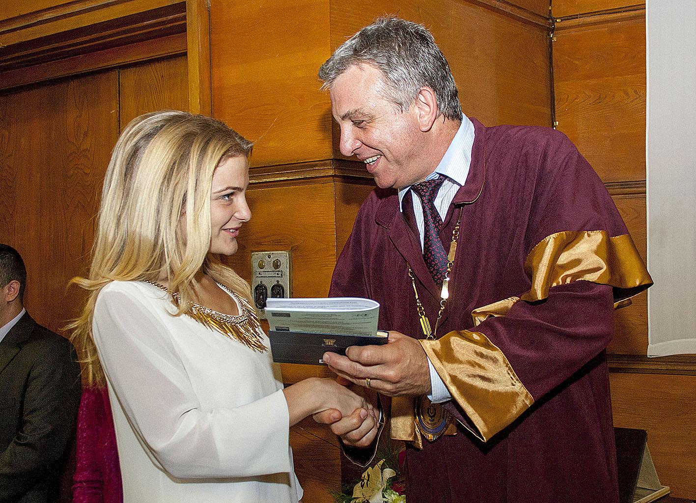 Ректорът връчва студентска книжка на Елинор Синапова